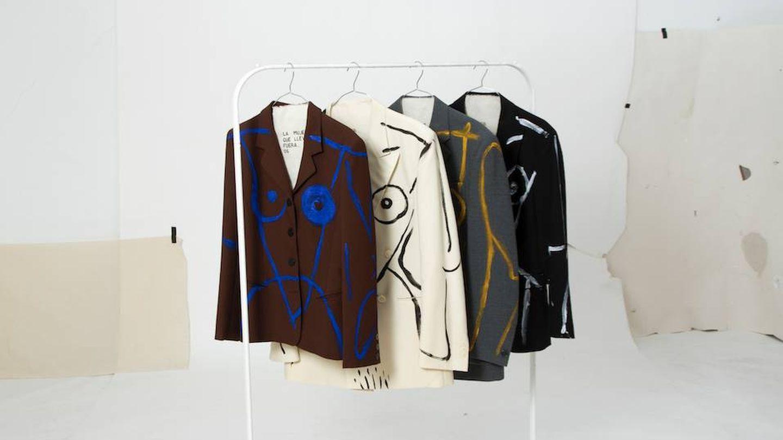 Algunos de los trajes que componen 'La mujer que llevo fuera' fotografiados por el artista malagueño. (Imagen: Ernesto Artillo/Cortesía)