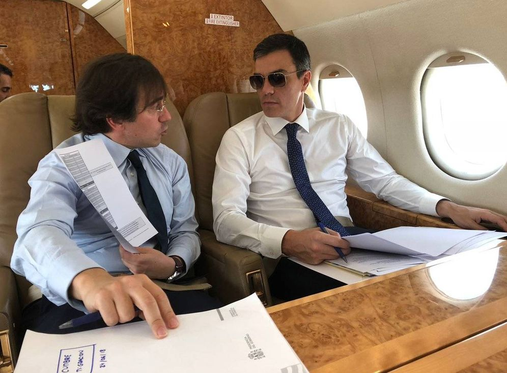 Foto: Pedro Sánchez, en su viaje a Bruselas con el avión presidencial. (Moncloa)
