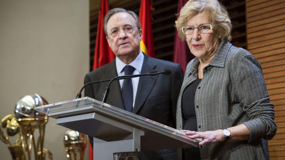 Foto: La alcaldesa de Madrid, junto a Florentino Pérez, tras la victoria del Real Madrid en la Copa del Rey de baloncesto. (EFE)