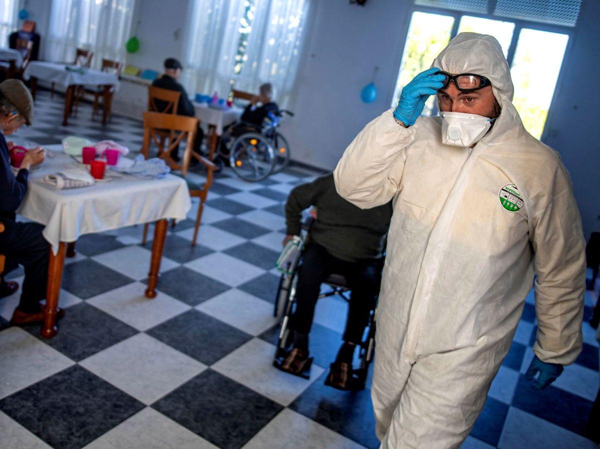 Foto: Personal especializado desinfecta una residencia de ancianos. (EFE)