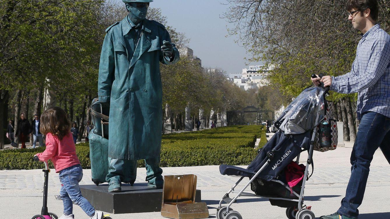 Foto: Un hombre pasea con una niña, en el Parque del Retiro de Madrid. (EFE)