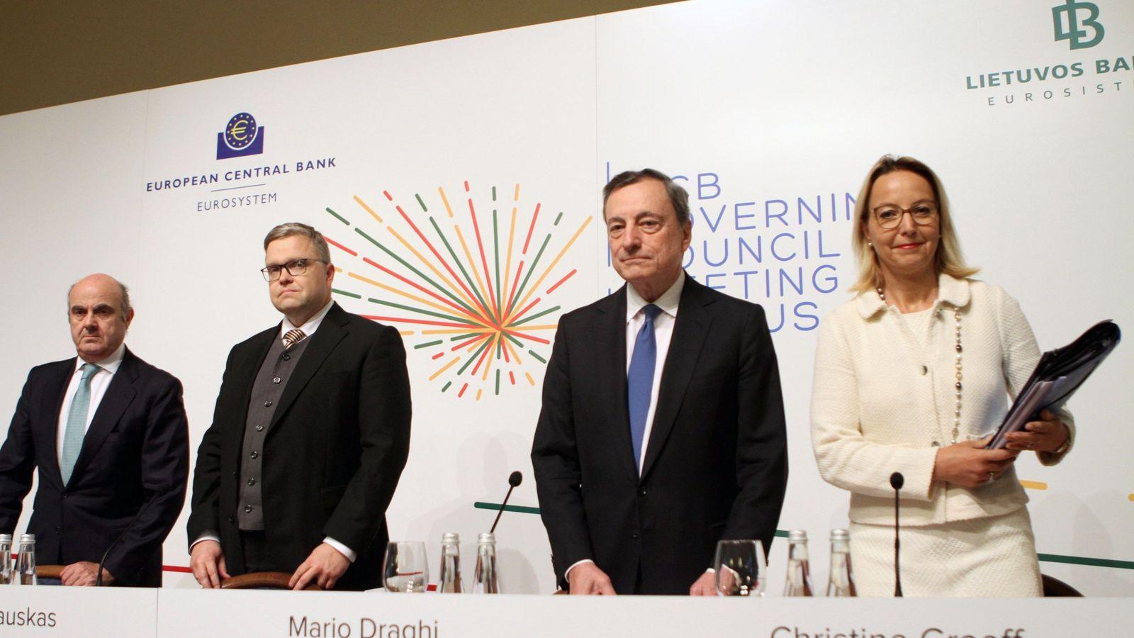 Foto: El presidente del BCE, Mario Draghi (2d), el vicepresidente, Luis de Guindos (izda.), el gobernador del Banco Central de Lituania, Vitas Vasiliauskas, y la directora general de Comunicación del BCE, Christine Graeff. (EFE)