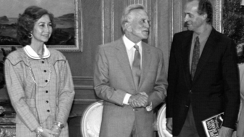 Kirk Douglas, con los reyes Juan Carlos y Sofía. (EFE)