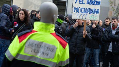 Unos 200 mossos cortan la Gran Via para exigir la devolución de sus pagas