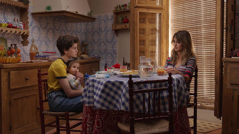 Milena Smit y Penélope Cruz, en 'Madres paralelas'. (Sony)