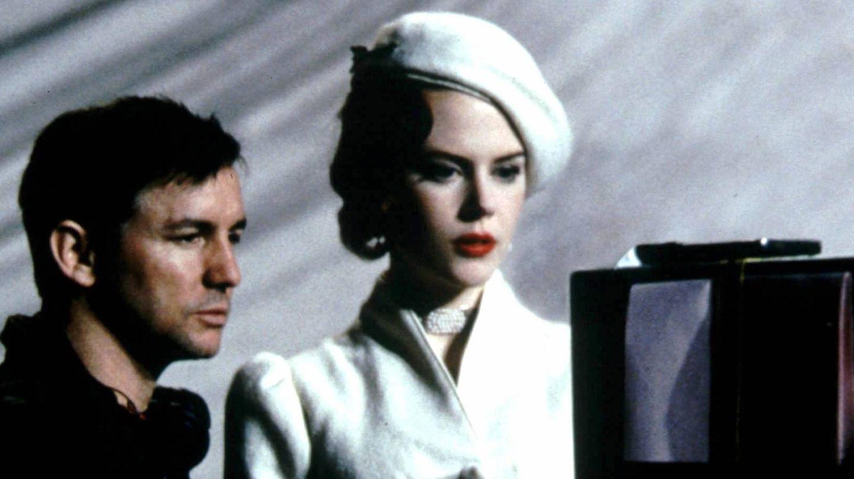 El director Baz Luhrmann y la actriz Nicole Kidman, hablando durante el rodaje de la pelicula 'Moulin Rouge'. (CP)