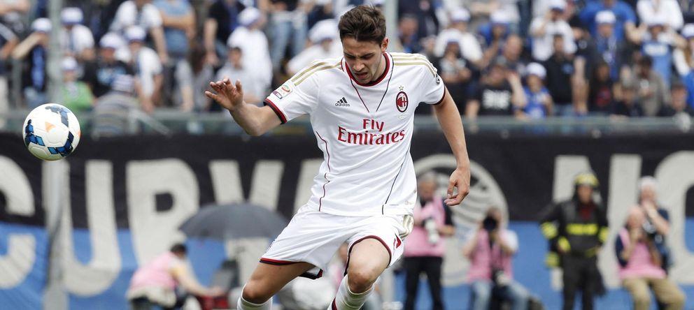 Foto: Mattia De Sciglio trata de sortear la entrada de Davide Brivio durante un encuentro con el Milan. (Reuters)