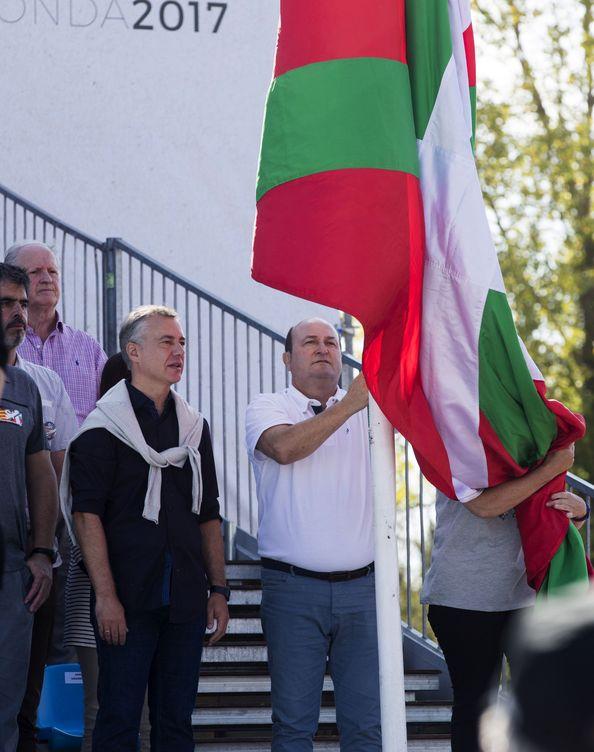 Foto: Iñigo Urkullu y Andoni Ortuzar, en una celebración del Alderdi Eguna, Día de la Patria Vasca. (EFE)