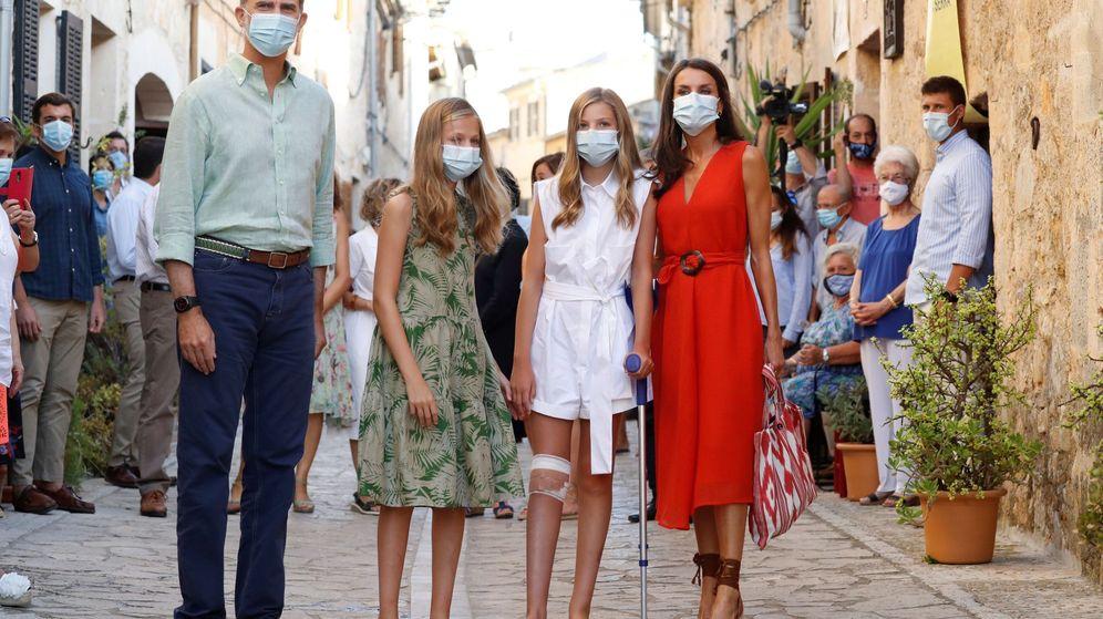 Foto: Los reyes esta semana, en su visita a la casa natal de fray Junípero Serra durante sus vacaciones estivales en Mallorca (EFE)