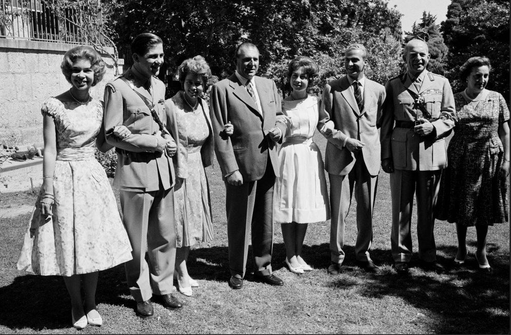 Foto: De izquierda a derecha: Irene, Constantino y Federica de Grecia, don Juan de Borbón, Sofía de Grecia, Juan Carlos de Borbón, el rey Pablo de Grecia y la condesa de Barcelona, en septiembre de 1961. (Getty)