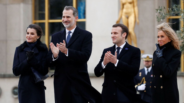 Los Reyes, con Emmanuel y Brigitte Macron el pasado marzo en París. (EFE)