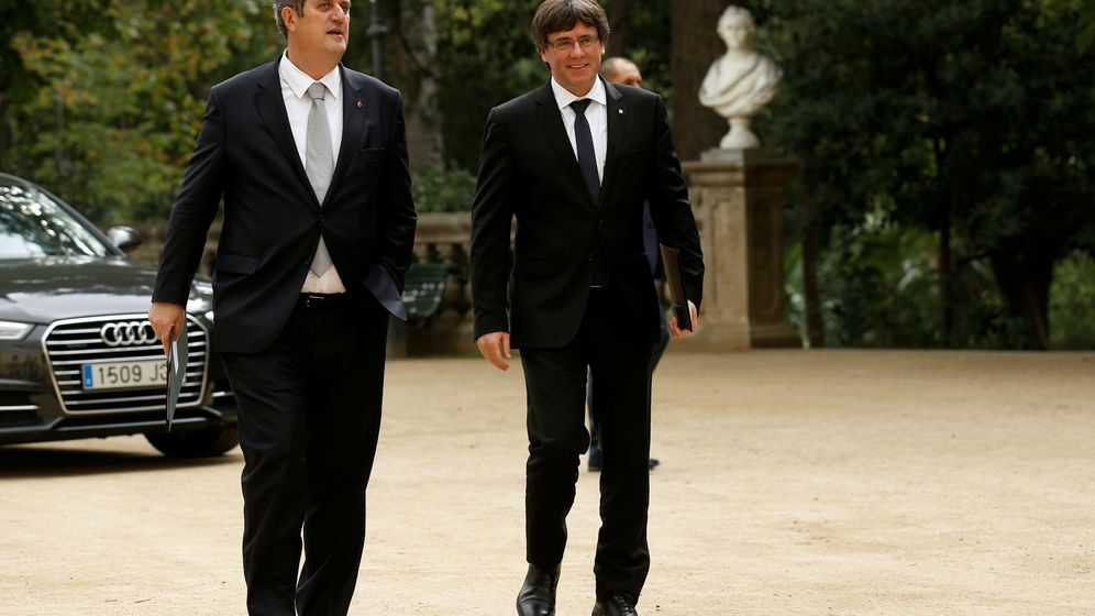 Foto: El conseller de Interior, Joaquim Forn, junto a Carles Puigdemont. (REUTERS)