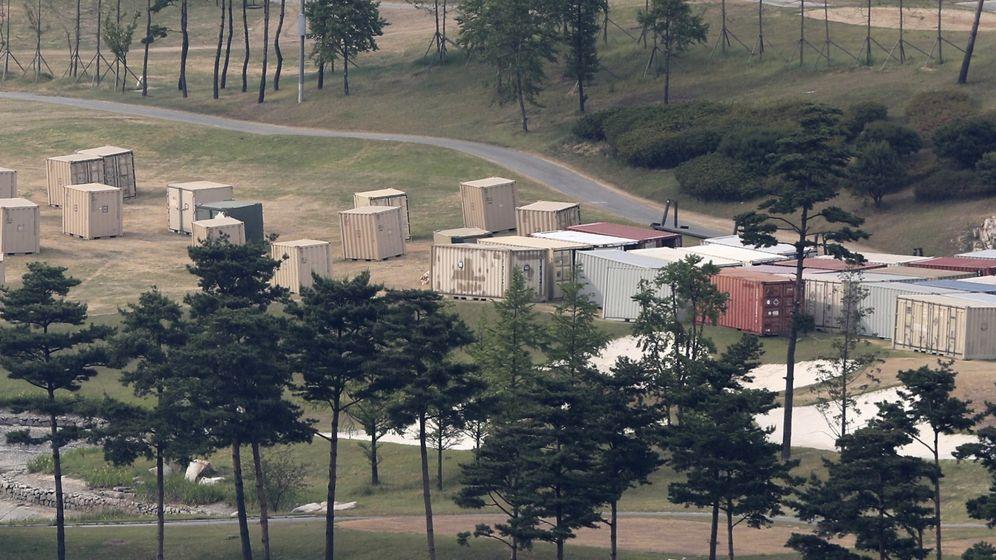 Foto: Vista general de contenedores en los que se cree que hay material relacionado con el sistema estadounidense antimisiles THAAD en un campo de golf en Seongju (EFE)