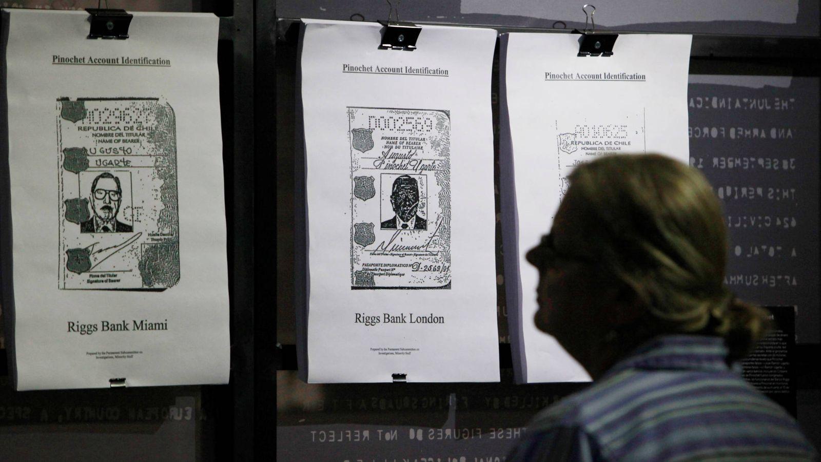 Foto: Un hombre lee documentos desclasificados de la CIA sobre el golpe de Pinochet, en Santiago de Chile. (Reuters)