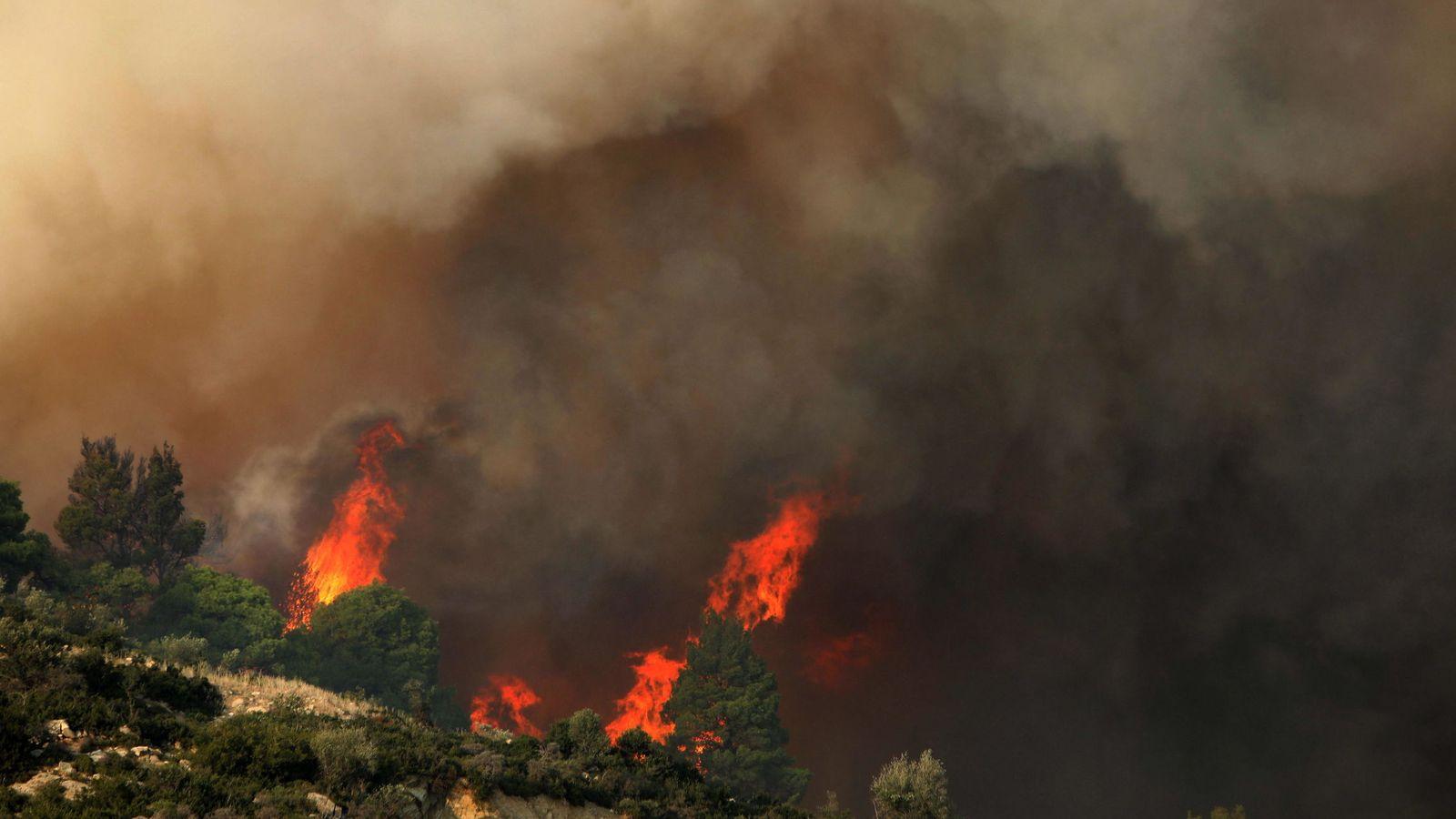 Foto: Incendios forestales en el área de sarti en la península de sithonia en halkidiki, norte de grecia