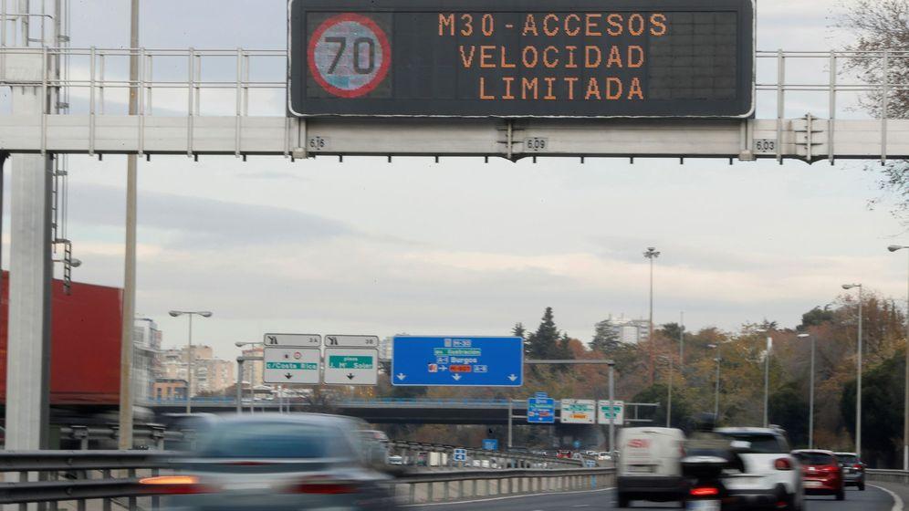 Foto: Un cartel en la M-30 informa del límite de velocidad a 70 Km/h, debido a la alta contaminación de dióxido de nitrógeno. (EFE)
