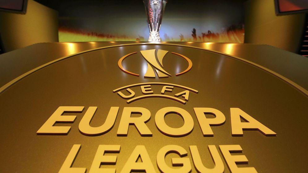 Foto: El trofeo de la Europa League, dispuesto para la gala del sorteo (Reuters)