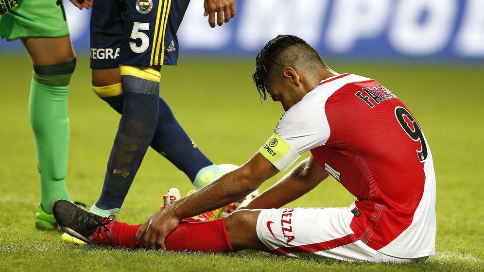Foto: Radamel Falcao cayó lesionado en el transcurso del Mónaco-Fenerbahçe (EFE)