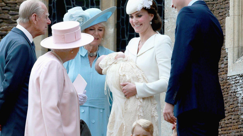 La reina Isabel, Felipe de Edimburgo, la duquesa de Cornualles, los duques de Cambridge, el príncipe George y la pequeña Charlotte, en su bautizo. (EFE)