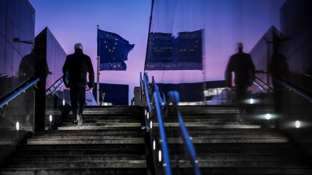 Foto: Banderas europeas en la sede de las instituciones en Bruselas (EFE)