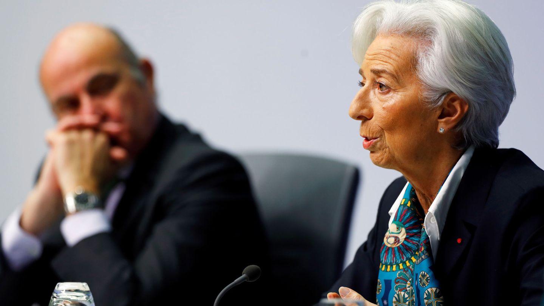 La presidenta del BCE, Christine Lagarde, con Luis de Guindos de fondo. (Reuters)