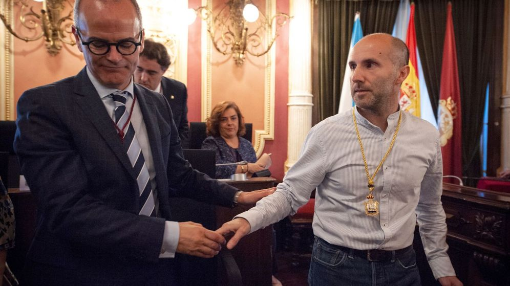Foto: El líder del partido independiente Democracia Ourensana, a la derecha, en su toma de posesión. (EFE)