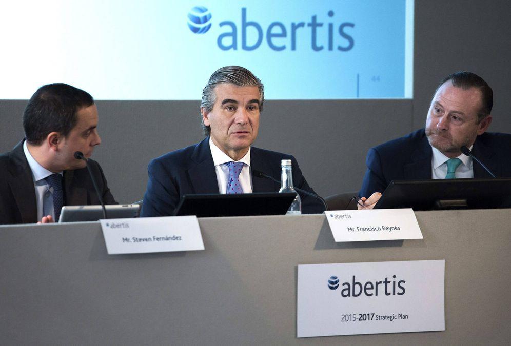 Foto: Francisco Reynés (c), José Aljaro (d) y Steven Fernández (i), durante una presentación en Londres. (Abertis)