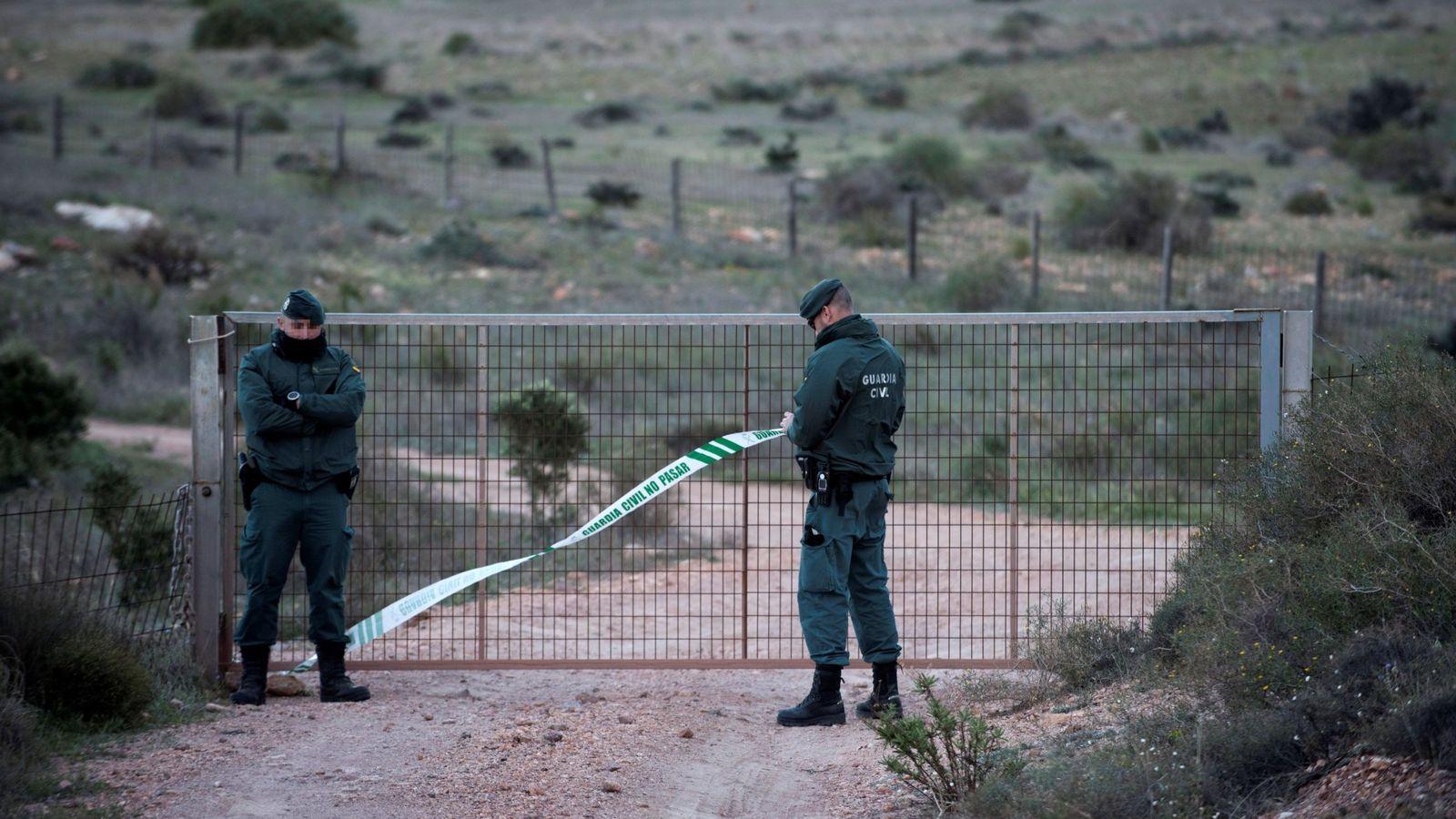 Foto: Efectivos de la Guardia Civil, en las inmediaciones de la finca donde se habría escondido el cuerpo de Gabriel Cruz. (EFE)