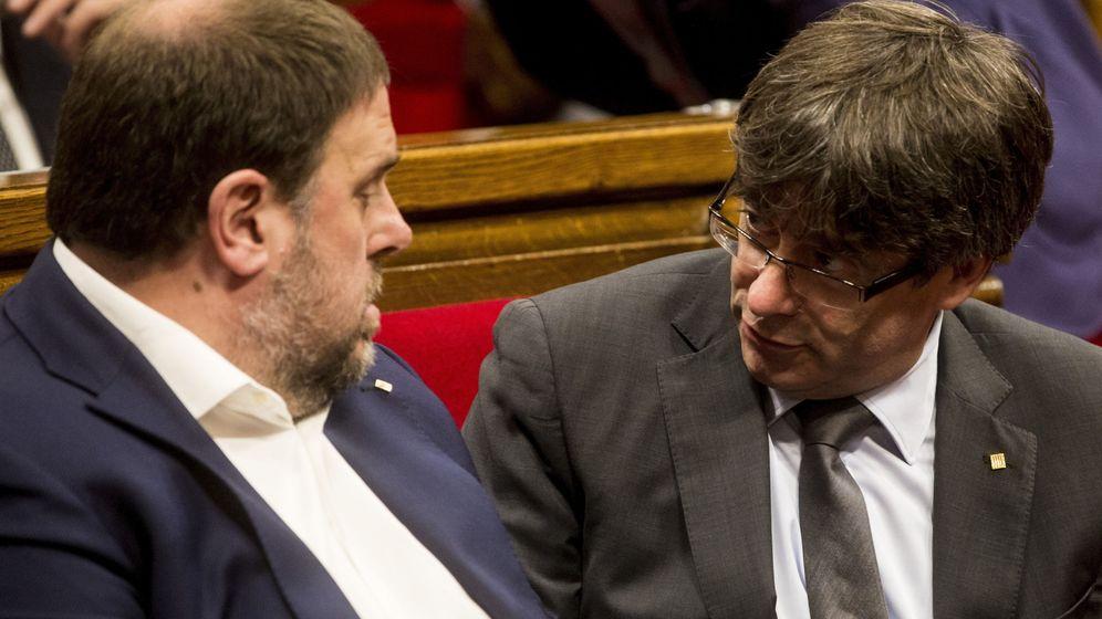 Foto:  El presidente de la Generalitat, Carles Puigdemont, junto al vicepresidente, Oriol Junqueras, en el Parlament. (EFE)
