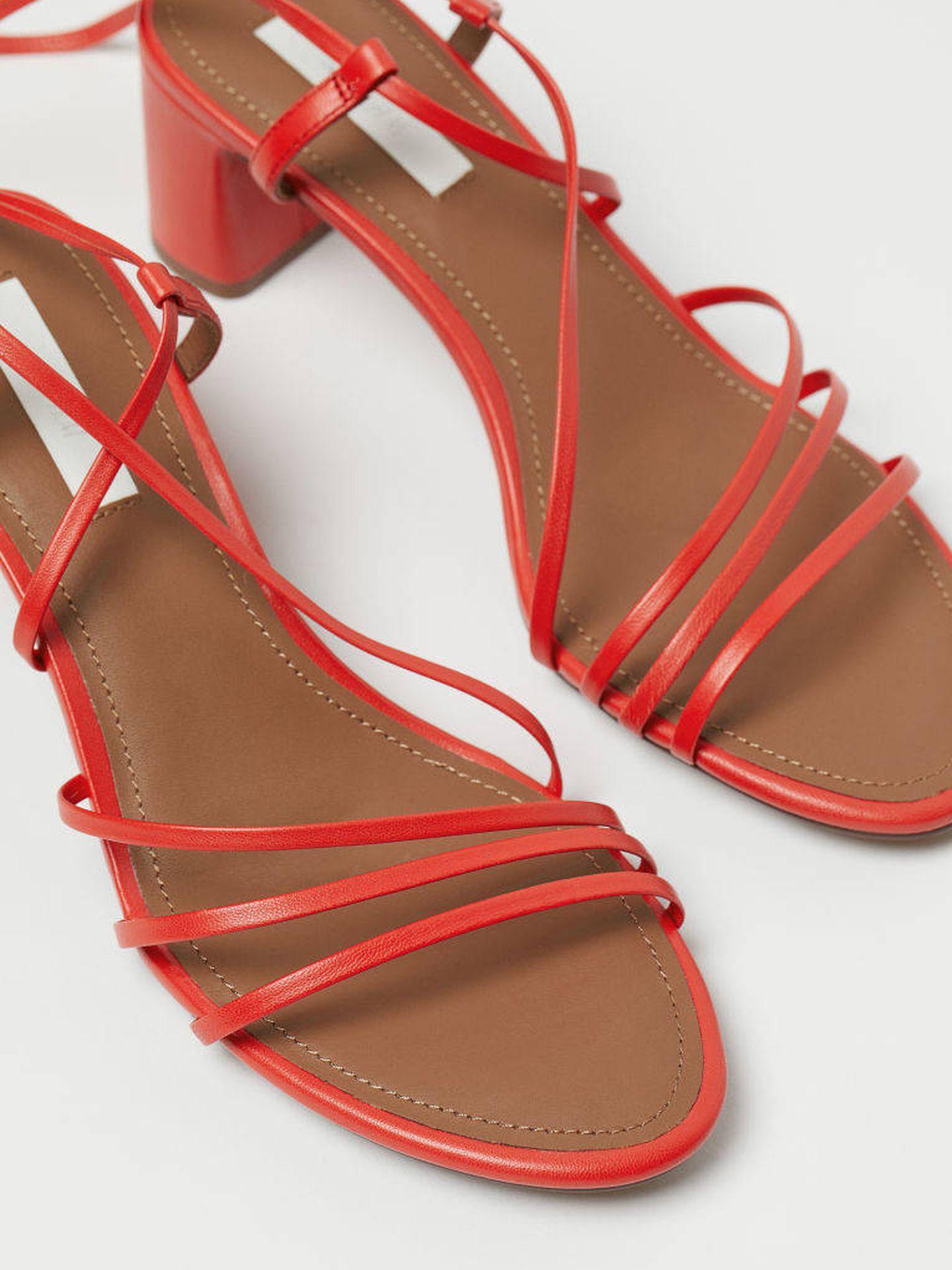 Sandalias de tiras en piel en color rojo de H&M.