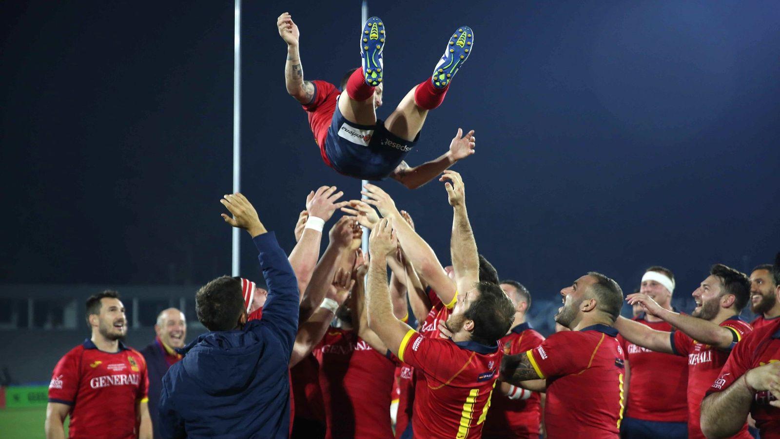 Foto: España celebrando la victoria ante Uruguay. (EFE)