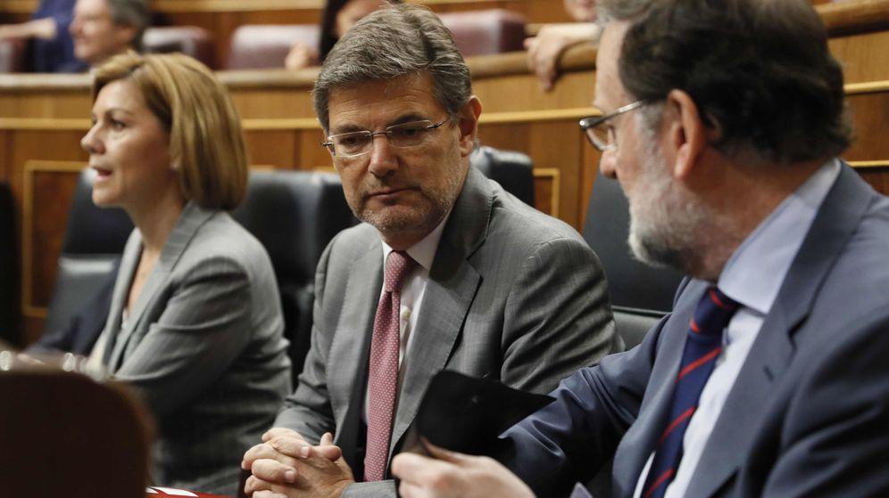 Foto: El ministro de Justicia, Rafael Catalá (i), junto al presidente del Gobierno, Mariano Rajoy. (EFE)