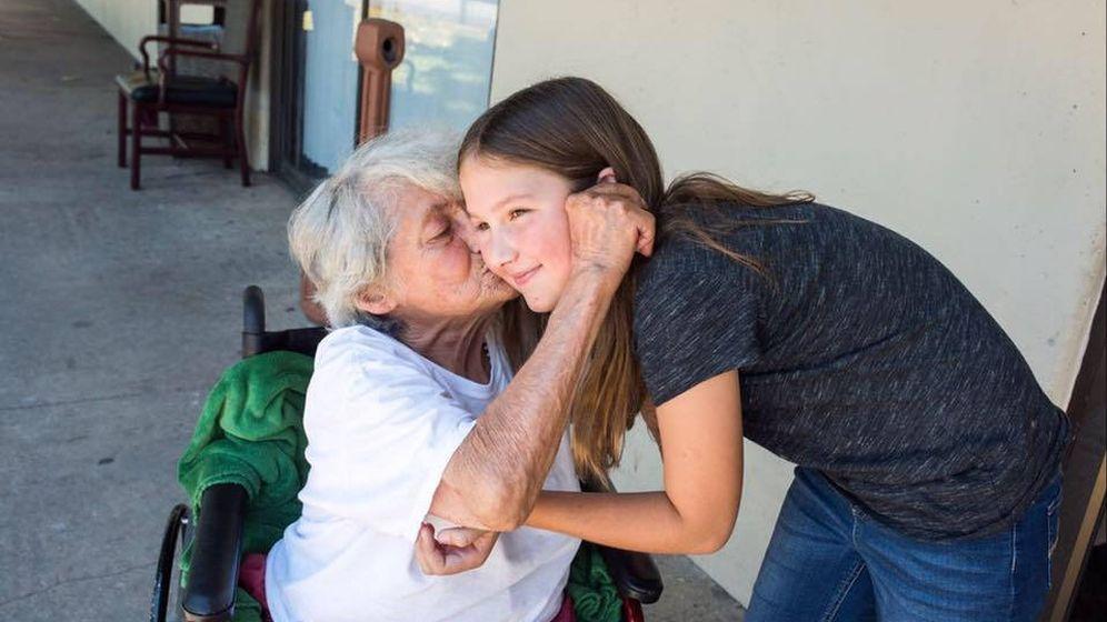 Foto: Ruby Kate con una de las ancianas a las que ha ayudado (Foto: Facebook)