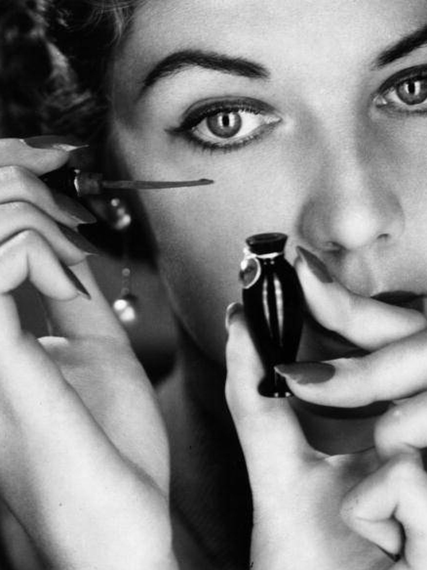 Una modelo maquillándose en 1956. (Getty)