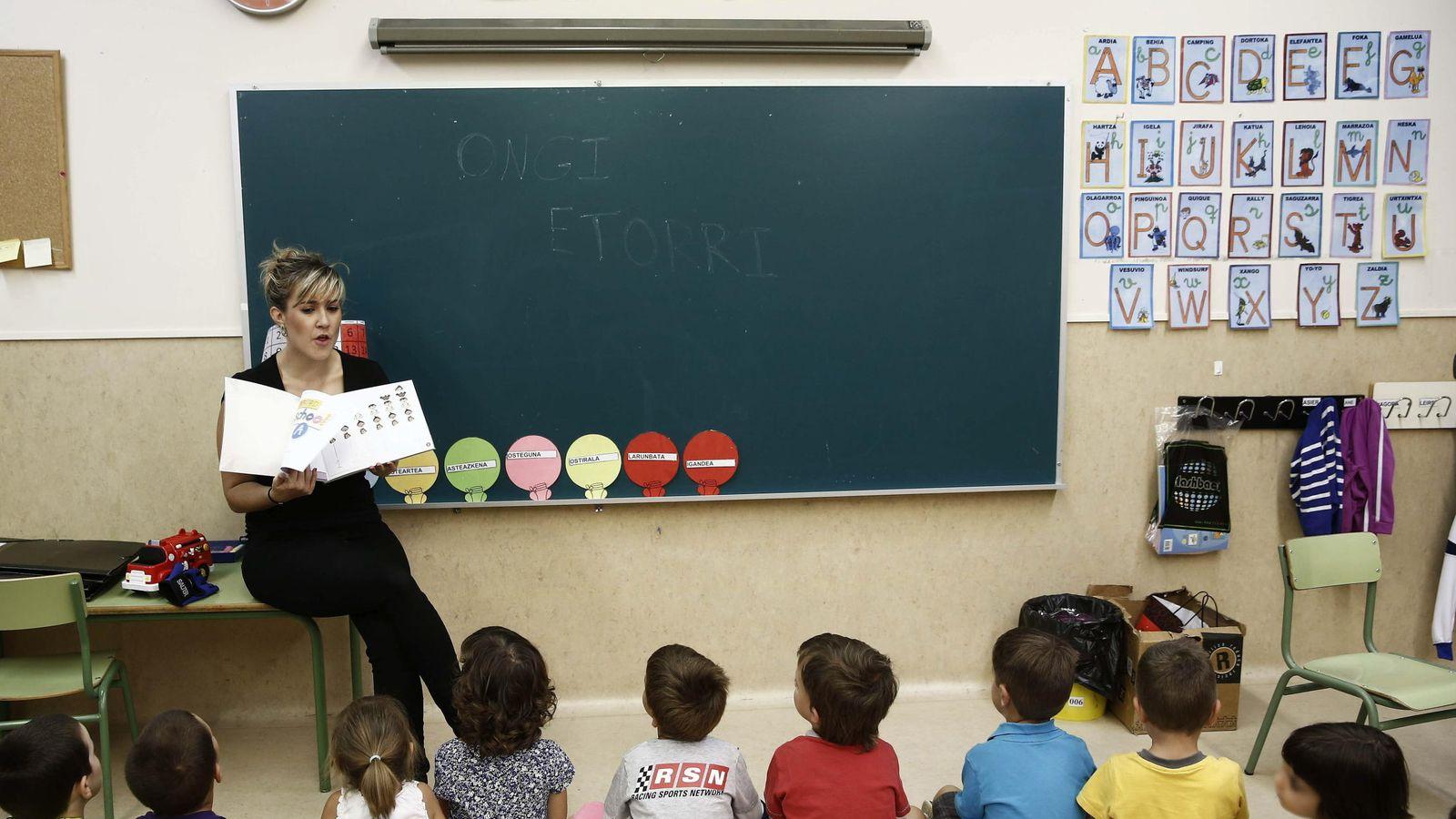 Foto: Una profesora da la bienvenida a sus alumnos en un aula de un colegio publico. (EFE)