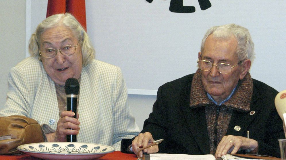 Foto: El fundador, ex secretario general y antiguo presidente de CCOO, Marcelino Camacho, junto a su mujer, Josefina Samper (i), en una imagen de 2008. (EFE)