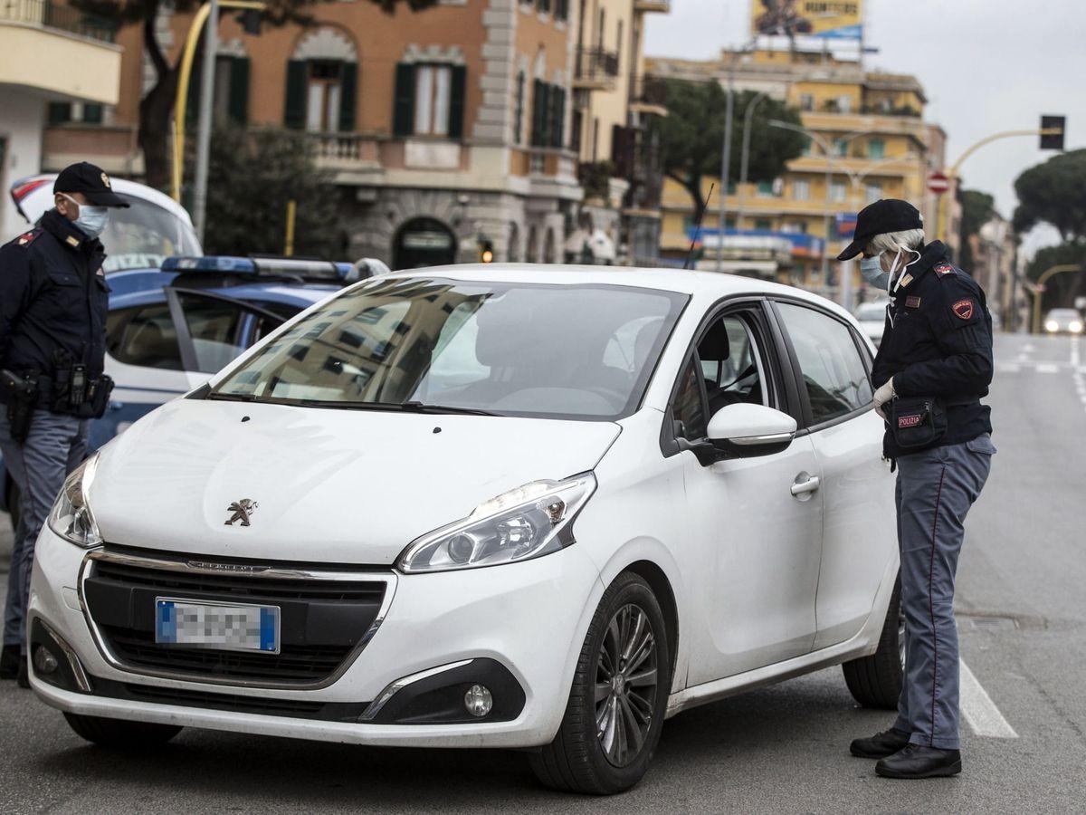 Foto: Dos policías italianos realizando controles en Roma. (Reuters)