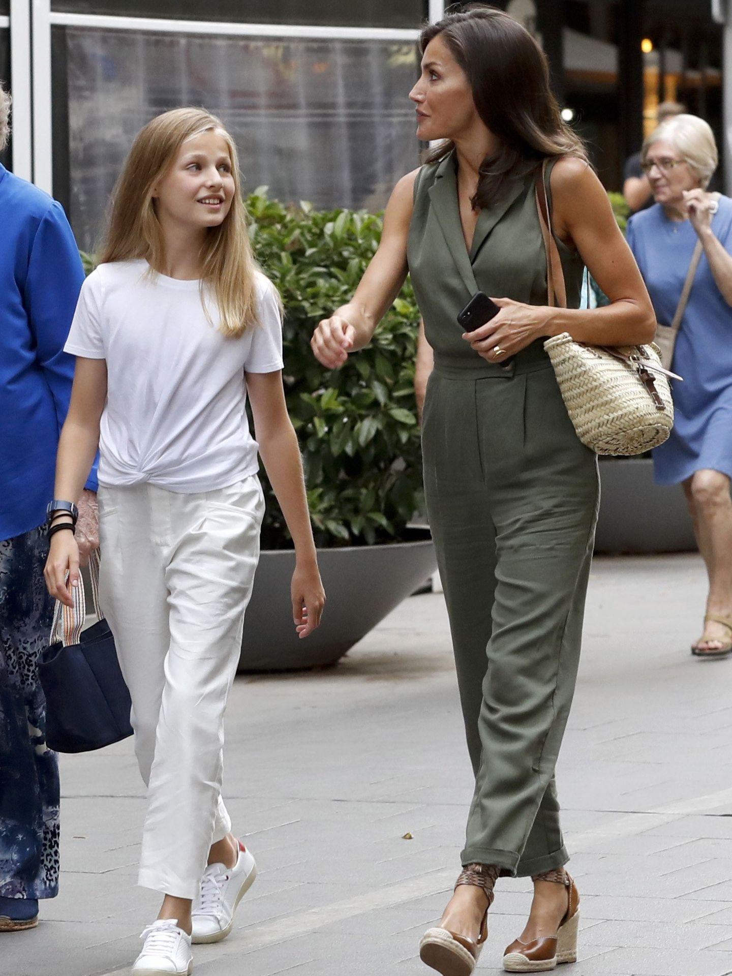 La reina Letizia junto, a su hija la princesa Leonor. (EFE)