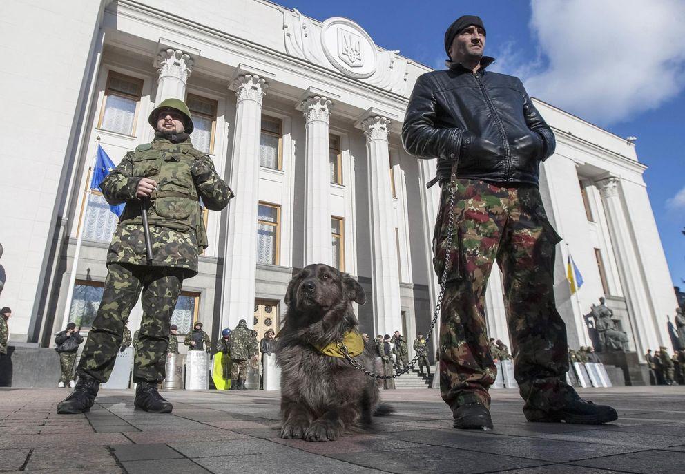 Miembros de las autodefensas de Maidán frente al Parlamento en Kiev (Reuters).