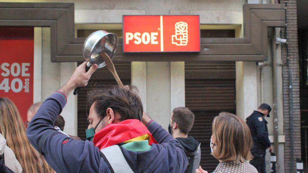 Foto: Un manifestante, frente a la puerta de la sede del PSOE. (B. Tena)