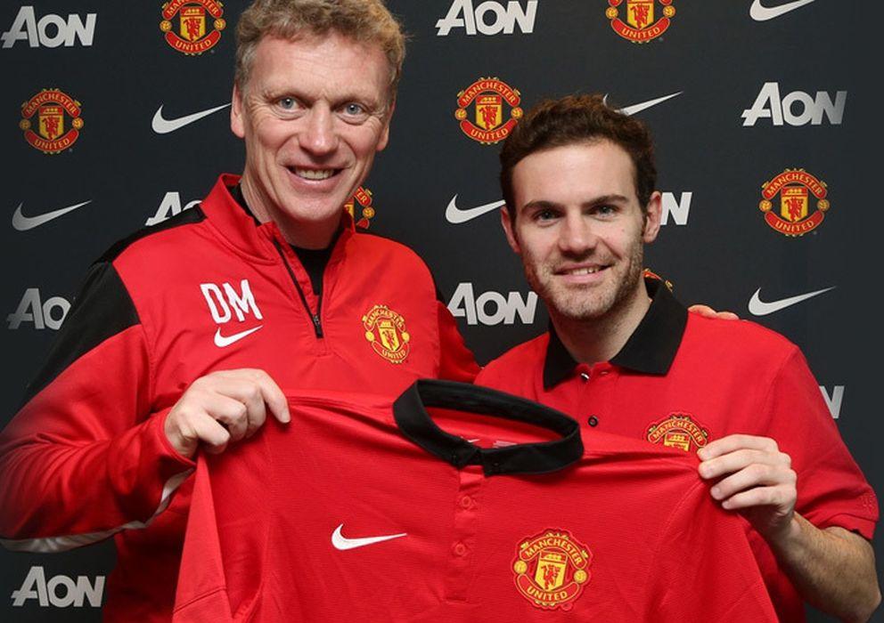 Foto: Mata, junto a Moyes, este sábado en su presentación con el United.