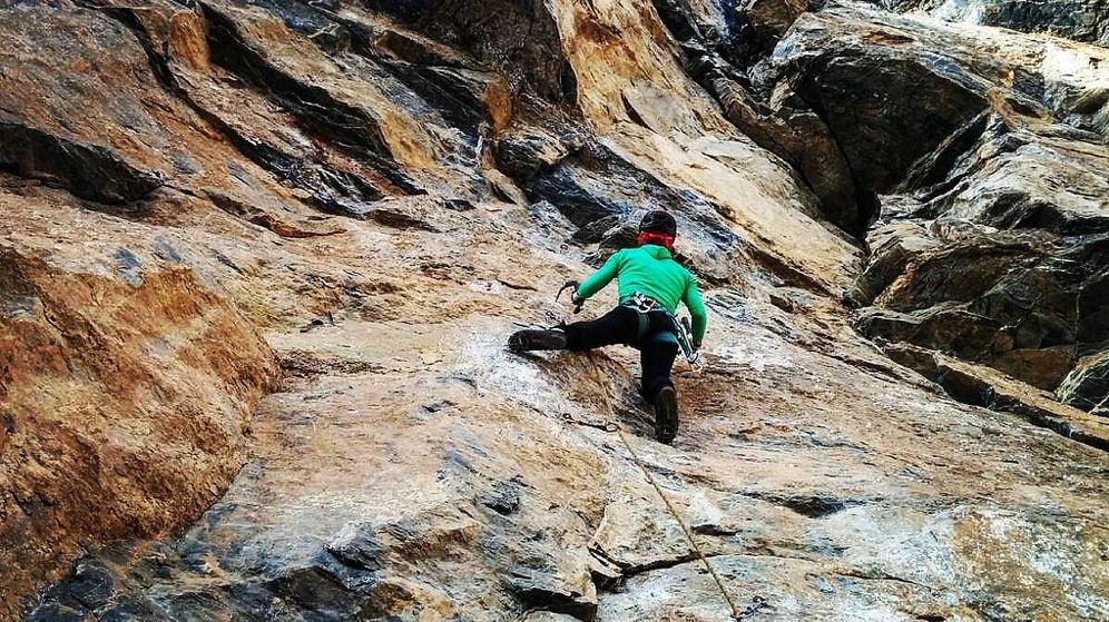 Foto: Mariona Aubert trepando por roca.
