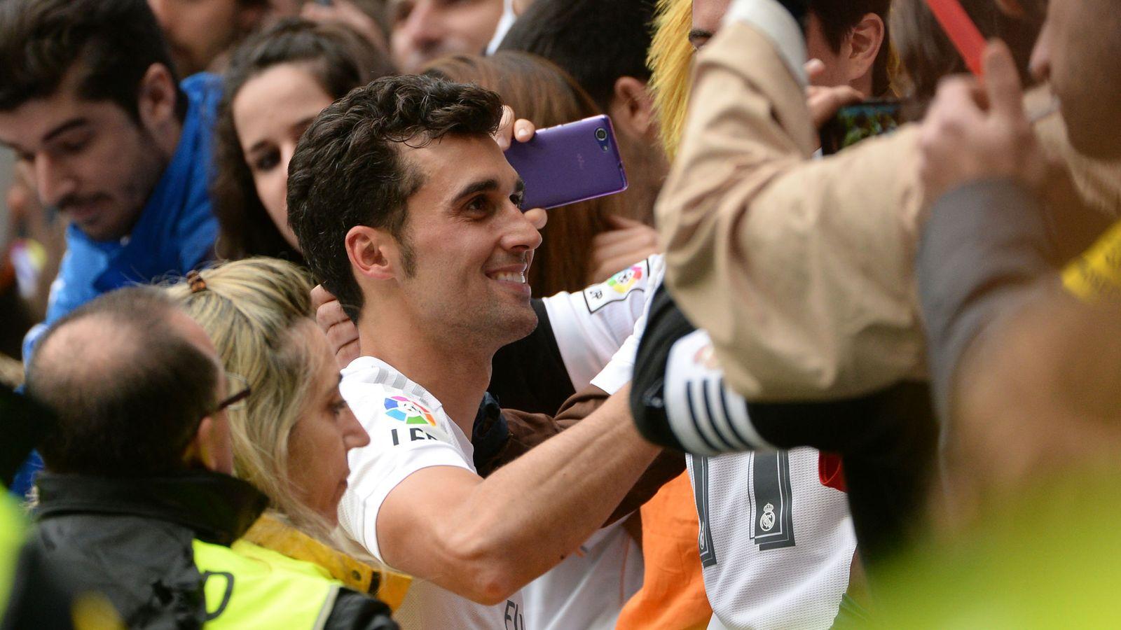Foto: Arbeloa recibe el cariño de la afición durante su despedida del Real Madrid. (EFE)