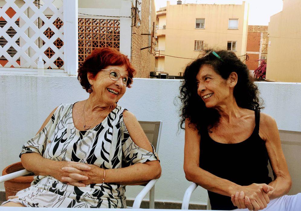 Foto: Carme Rabell y Anna Rivera, las dos jubiladas de Roses que buscan revolucionar la ciencia-ficción. (Foto: Andrea Palaudarias)