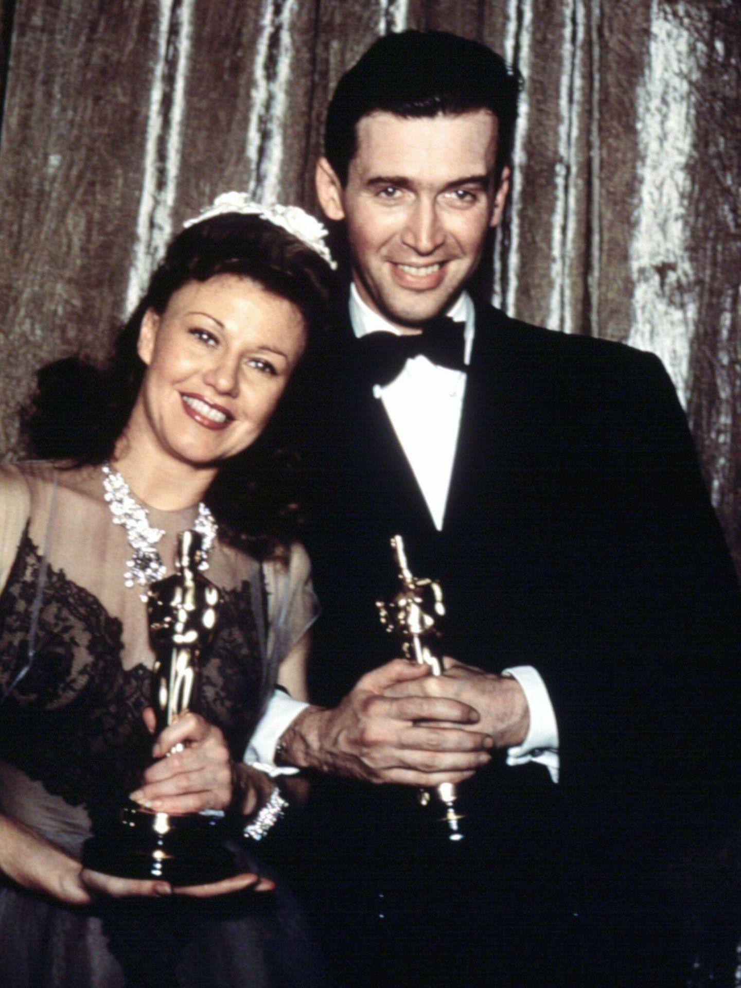 Ginger Rogers y James Stewart, ganando sus respectivos Oscar. (CP)