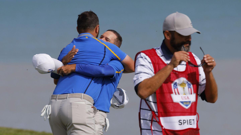Rahm y García se abrazan tras su primera victoria. (Reuters)