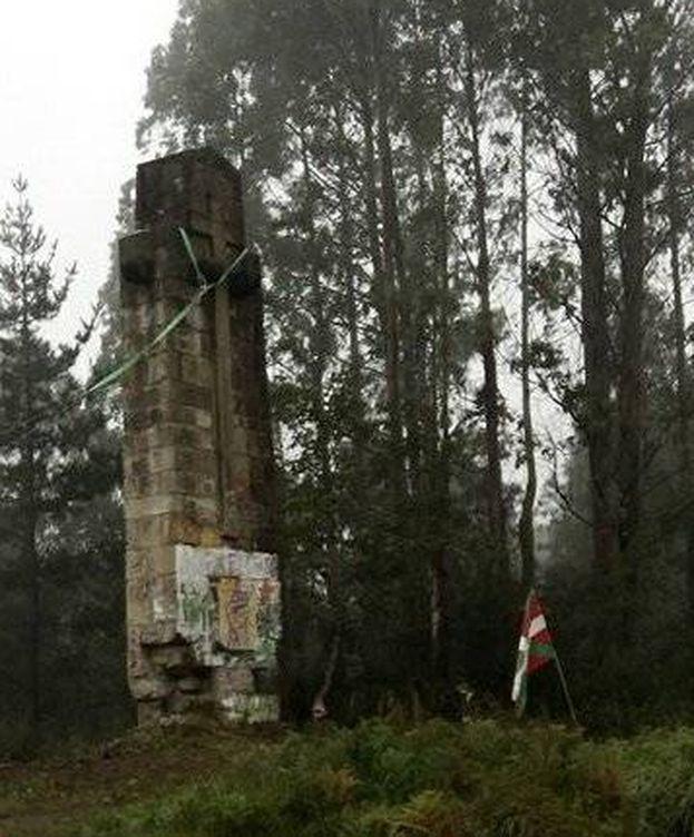 Foto: La cruz franquista, momentos antes de caer. (Twitter Sare Antifaxista)