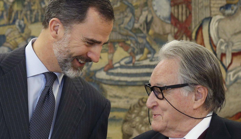 Foto: El rey junto con el director de la Academia de Bellas Artes de san Fernando, Fernando de Terán. (EFE)