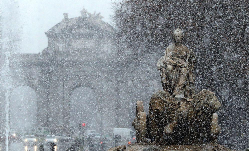 Foto: Vista de la fuente de Cibeles bajo la intensa nevada en Madrid este lunes. (EFE)