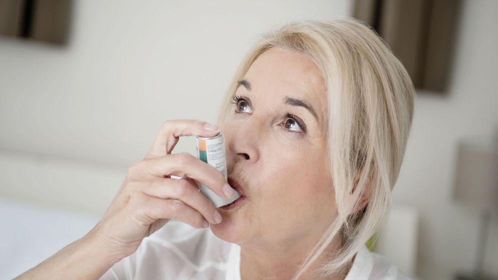 Foto: Una nujer con un inhalador contra el asma (Corbis)